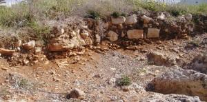 ruderi delle strutture che poggiano su uno strato di crollo