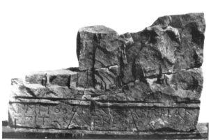 Monumento rinvenuto in località Trisciani (fonte: Simone 1981).