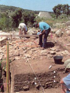 Una fase di scavo a La Chiusa (Descoeudres, Robinson 1993, p. 137)